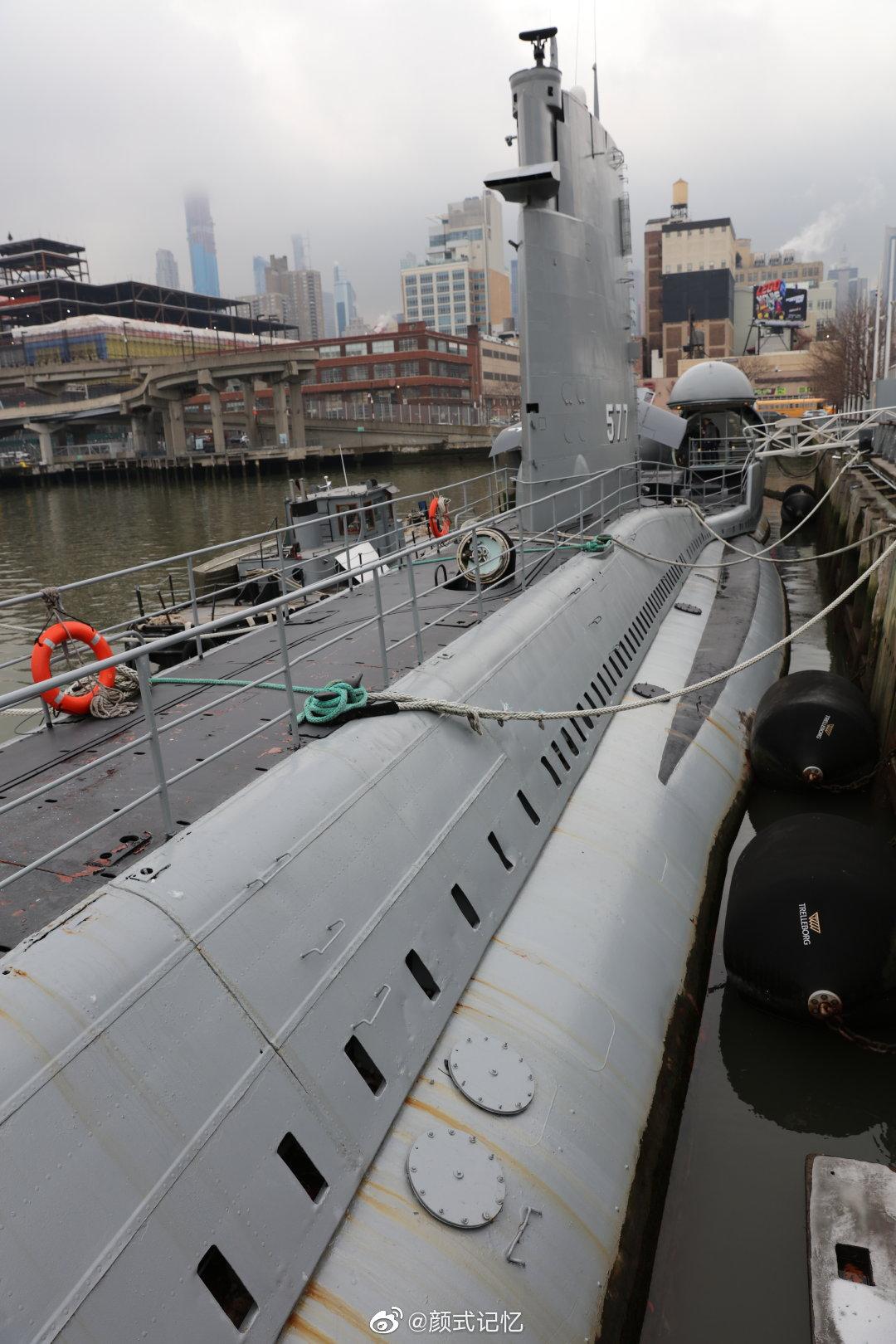 潜艇浮岸一一拍摄于美国纽约曼哈顿哈德逊河。