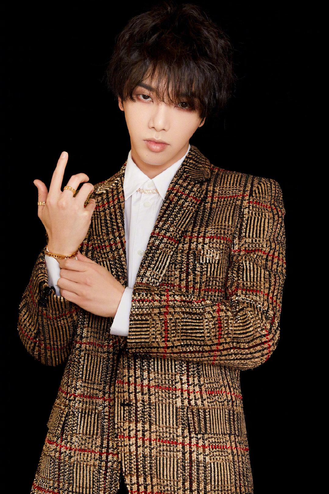 @华晨宇yu 身着金色重金属亮片西装外套搭配玫瑰金配饰点缀细节