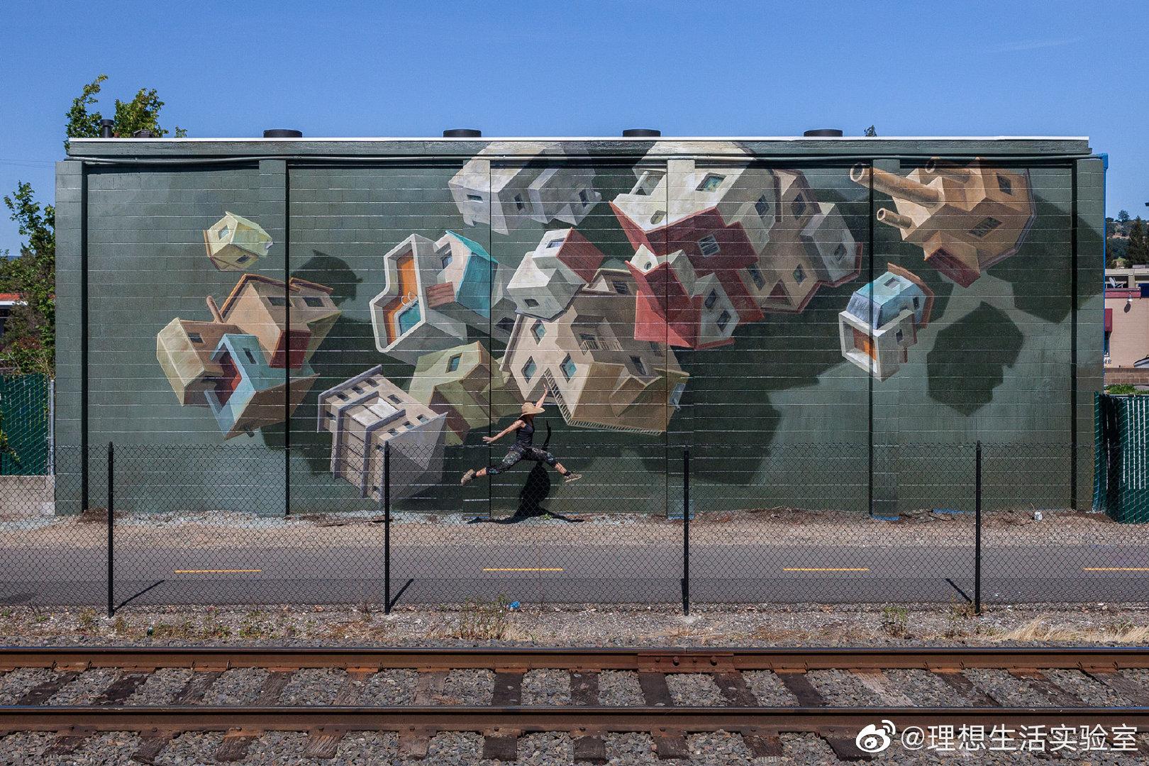 """Cinta Vidal 的壁画创作以""""对抗失重""""而闻名"""