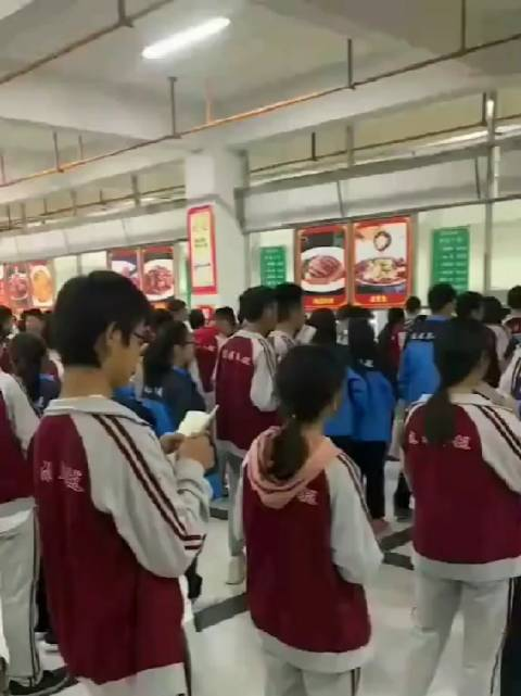 衡中初中部学生把吃饭排队时间都能利用起来