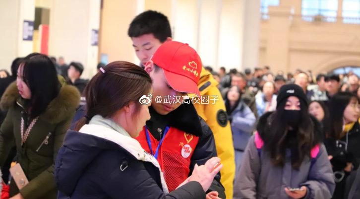 武汉一高校180名大学生开展春运服务 为返程旅客带来温暖