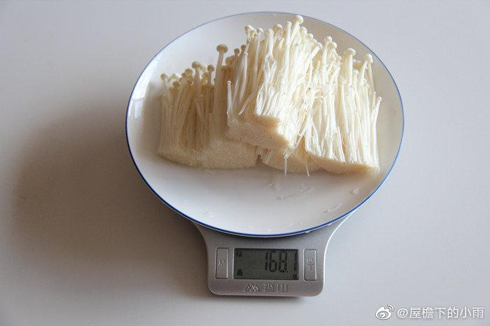 介绍一款减脂菜:材料:金针菇150克,蒜15-20克,彩椒15-20克