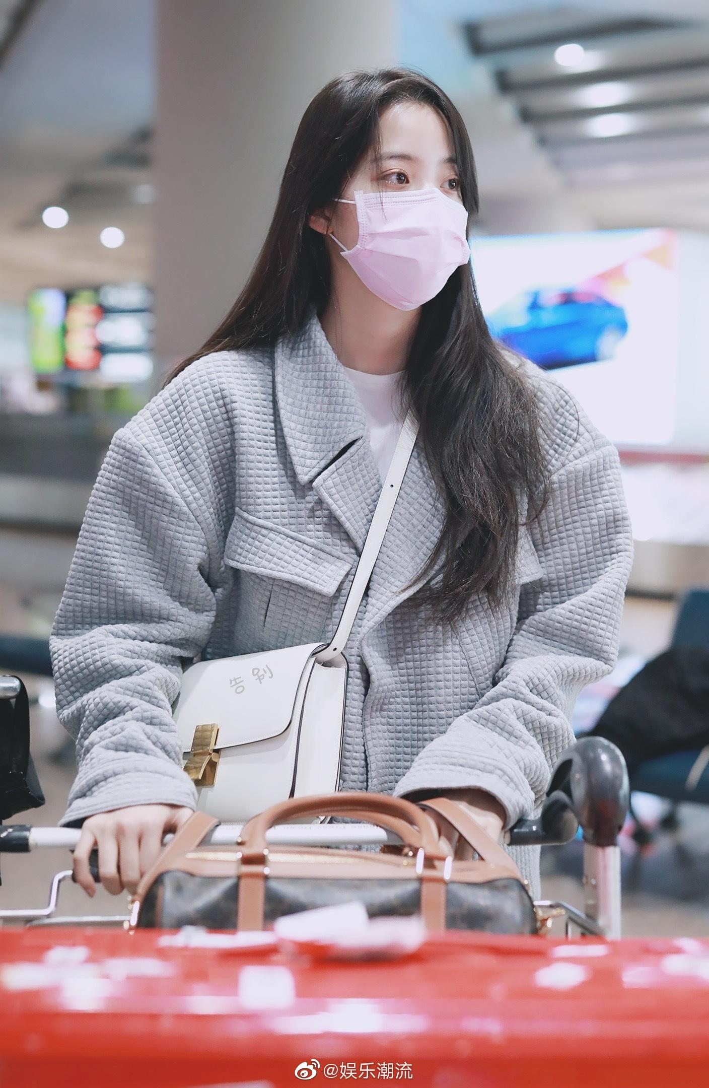 欧阳娜娜身穿灰色休闲套装简约现身机场