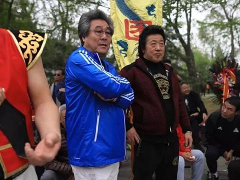 """""""抱团取暖""""的中国式摔跤手"""