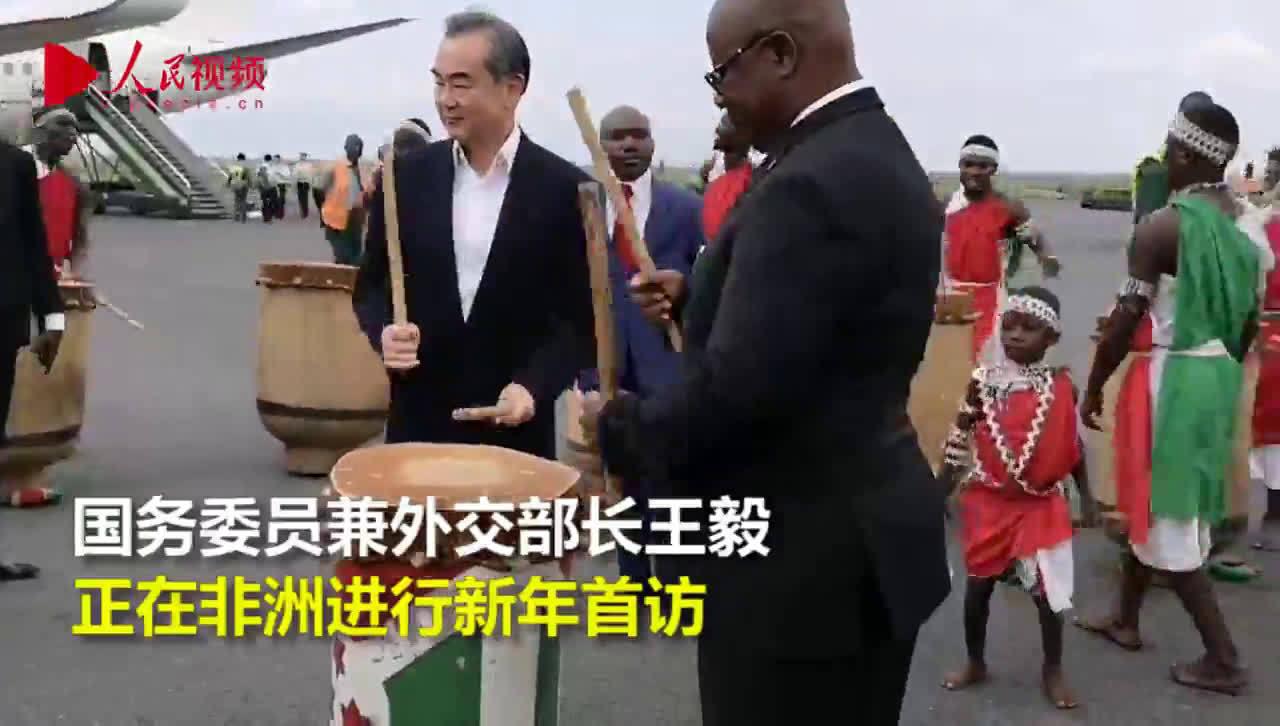 新年访非:王毅在抵达布隆迪时,走进了欢迎的人群