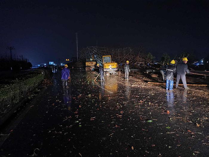 瓯海:毛竹跨越架倒塌封道 部门联手三小时抢通