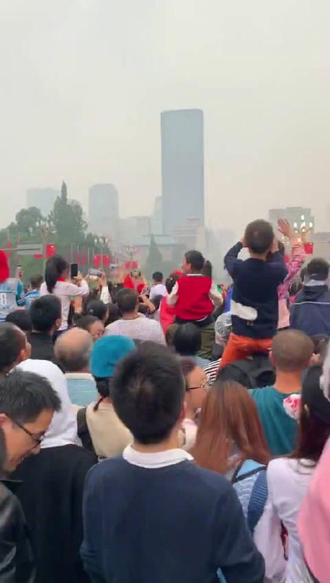 当国旗升起的那一瞬间,感动着我们每一个人!铭记历史瞬间
