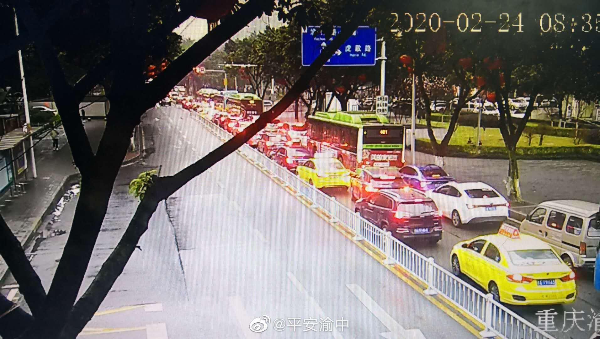 因河运校车站交通事故,目前大坪正街往九龙坡方向车辆排队缓行
