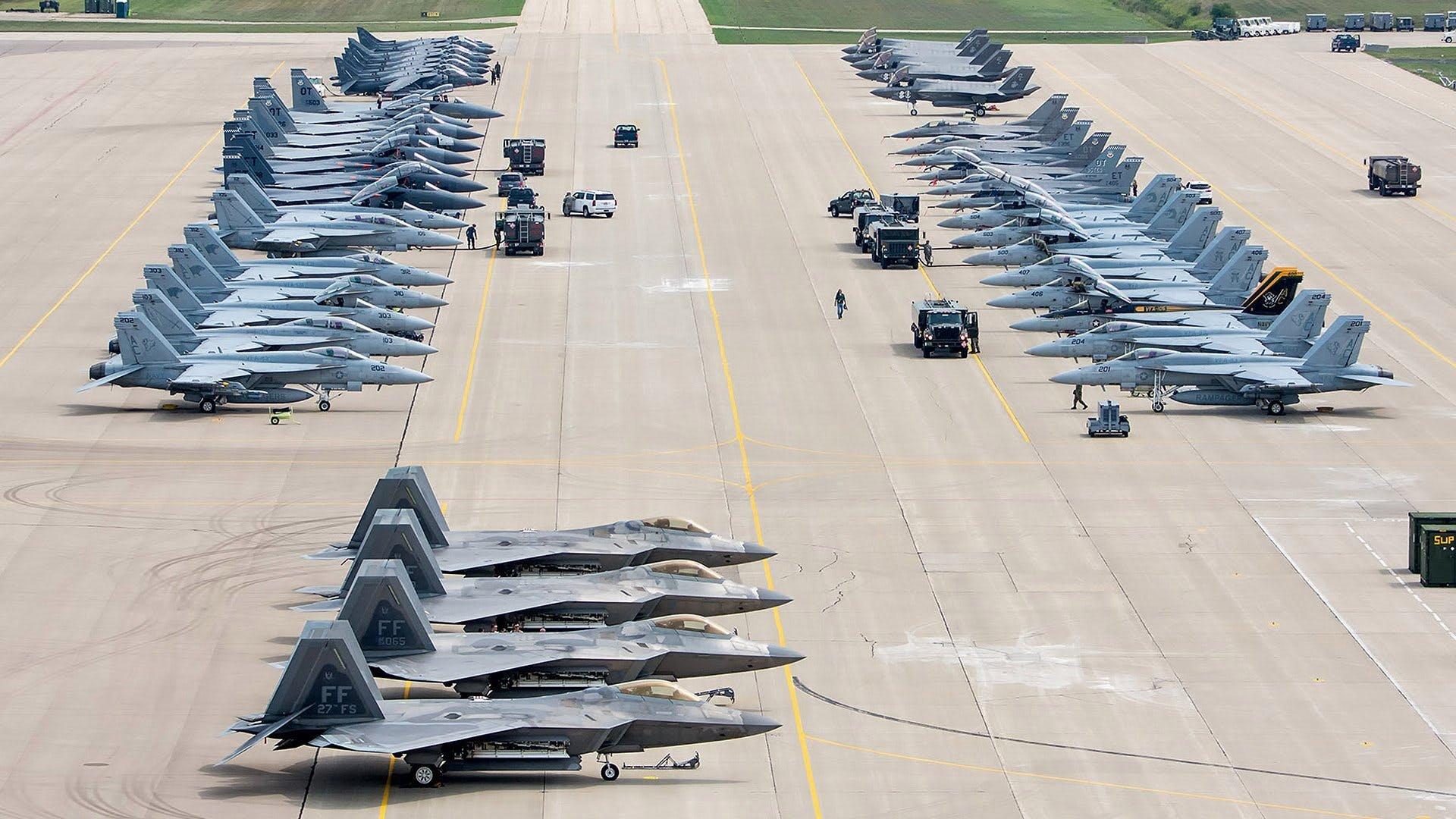 北方闪电军演中的米空海军主力战斗机9 F/A-18E Super Hornets3 F/A