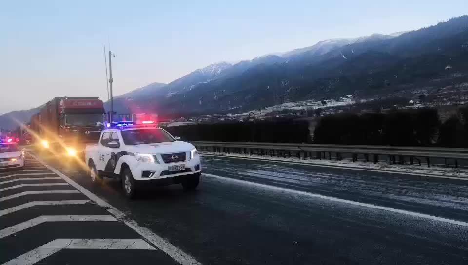 因泥巴山及拖乌山降雪路面结冰,雅西高速