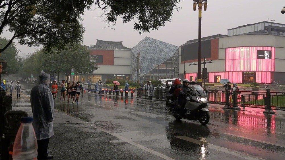 西马选手现在已经来到大雁塔南广场
