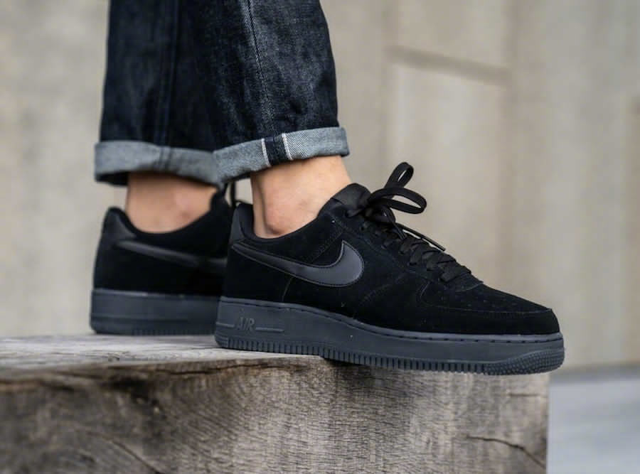 Nike Air Force 1 '07 LV8,黑色麂皮鞋面,皮革材料的Swoosh