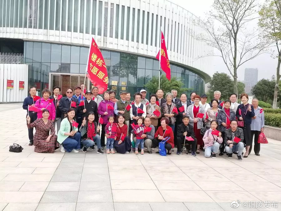 市传统文化交流协会重阳节组织社区老人自驾游