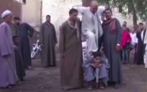 """埃及8岁男孩拥有""""超能力"""",经常被父亲带到公共场合挣钱养家!"""
