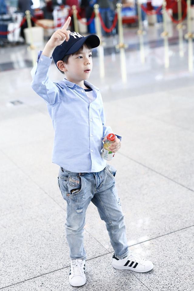 霍思燕一家出行,6岁嗯哼衬衫牛仔却抢镜,穿得比老爸老妈还时髦