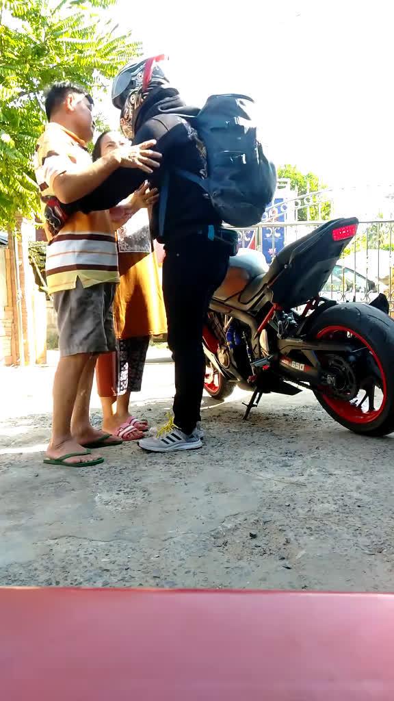 泰国传统文化保持的很好~临行前跪拜父母很感动。