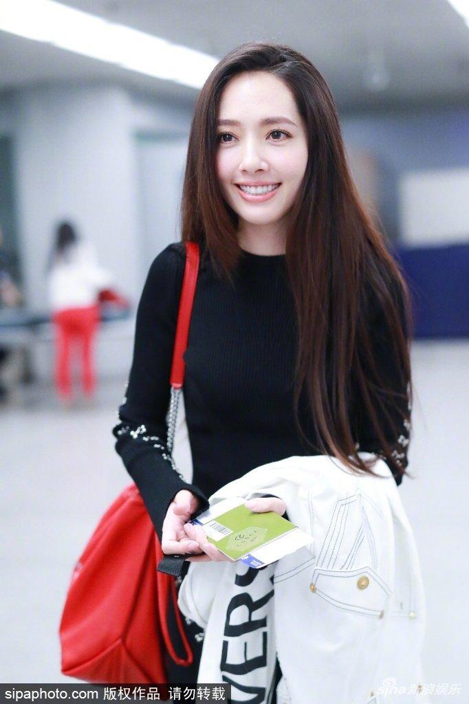 郭碧婷订婚后现身机场,收不住的幸福笑容~