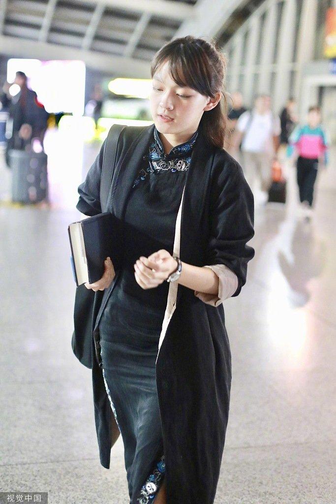 文淇妹妹一身黑色花边旗袍搭配长开衫现身机场