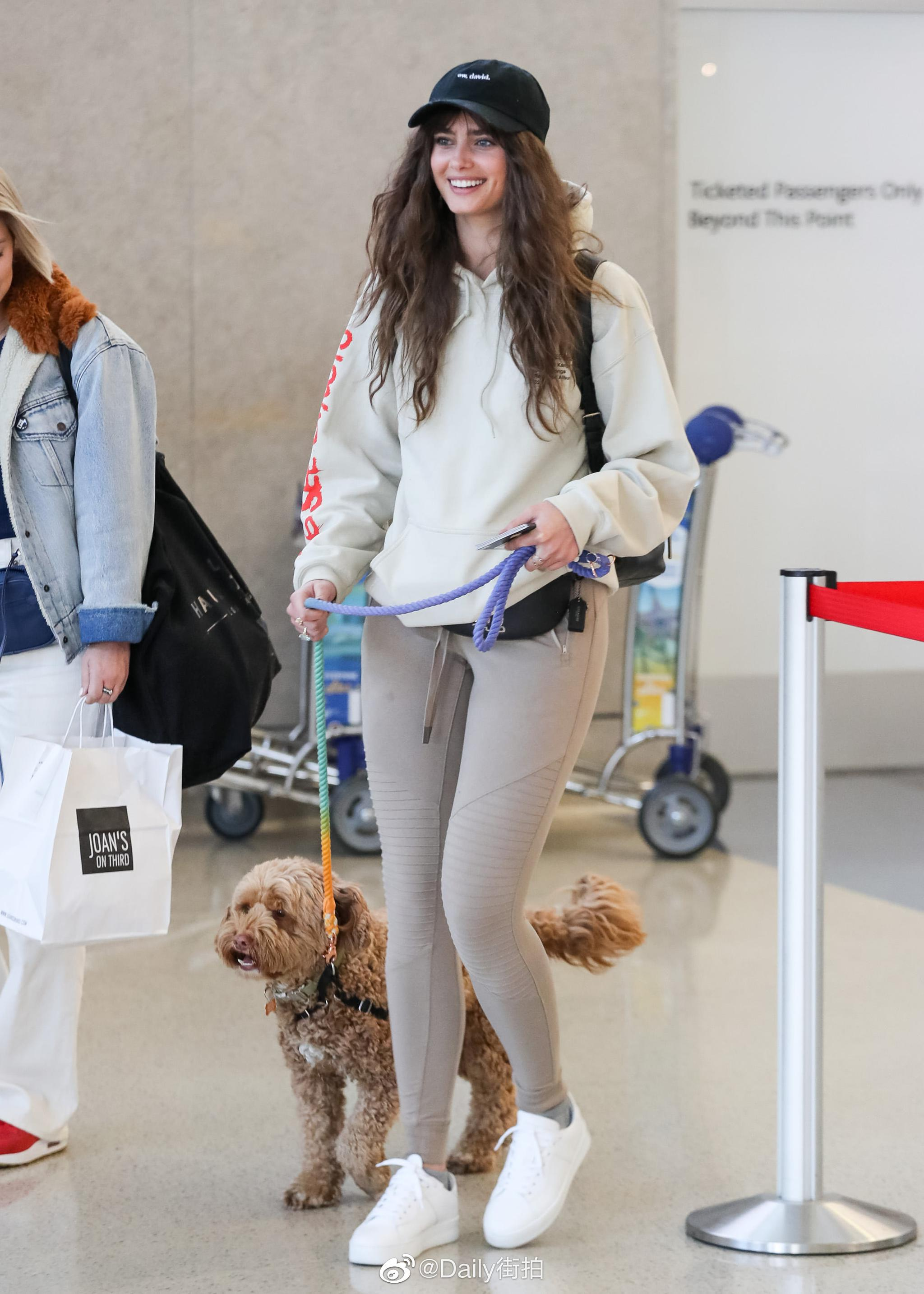 当地时间1月21日,维秘天使小泰山  现身洛杉矶国际机场