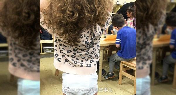 美国马里兰州一位父亲送两个女儿上学