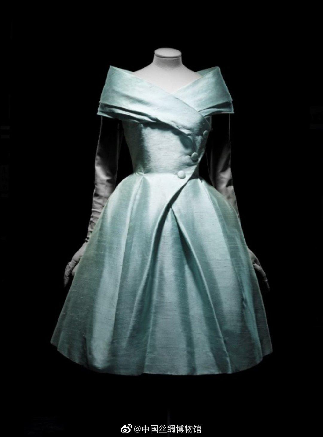"""这件名为""""加拉加斯""""的午后装连身裙出自克里斯汀·迪奥1957年春夏高"""