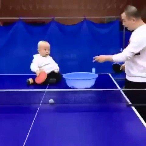 可以在家和小baby一起打球哦有天分的小宝宝呢