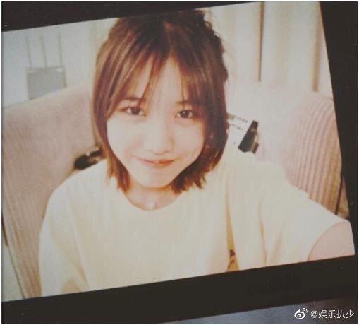 汪峰14岁女儿晒照,长相与妈妈十分相似,打扮比黄多多还成熟