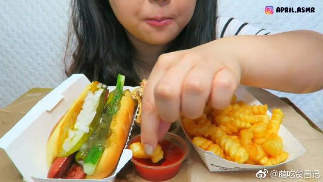小姐姐吃芝士汉堡、热狗和薯条,这咀嚼音绝了