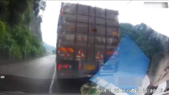 遇到弯道,一定要提前减速,可以减少类似事故的发生!
