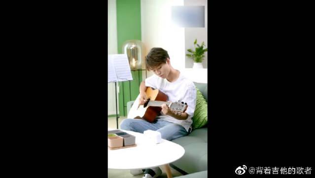 王俊凯弹吉他,声音性感眼迷心乱,看了一遍又一遍!