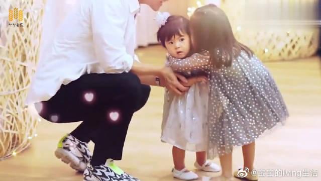咘咘录节目,爸爸竟然把妹妹带来了,姐姐高兴的冲上去抱住亲亲脸!