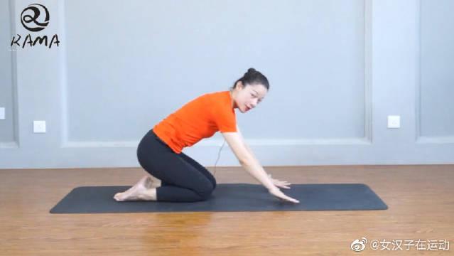 一组动作,拉伸大腿股四头肌,瘦腿,同时还能缓解膝关节压力
