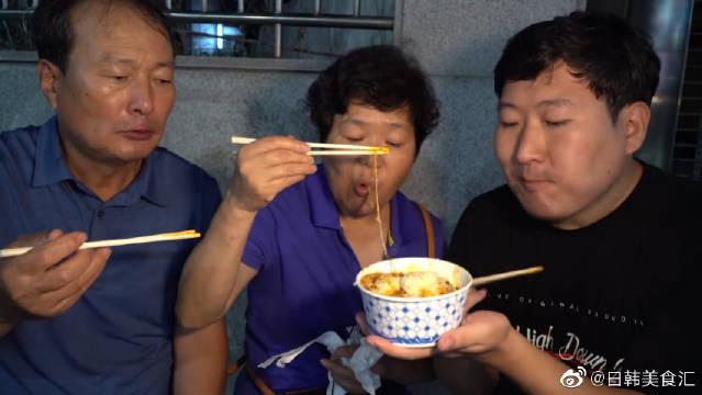 不爱看镜头的一家人:陪父母去浦项的迎日湾朋友夜市!能吃是福啊!