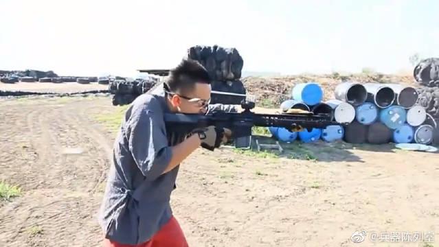 骑士的战斗装备,华裔大学生玩SR15卡宾枪