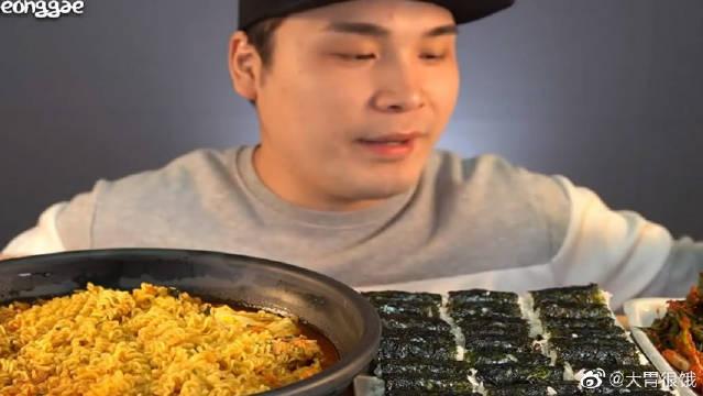 弟弟吃播热拉面、紫菜包饭和葱泡菜,拉面的第一口先吃鸡蛋?
