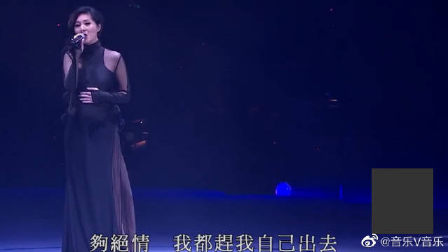 杨千嬅挺孕肚现场《可惜我是水瓶座》,郑中基厚嗓接唱尽显忧伤。cr