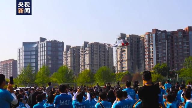 南京航空航天大学师生共同唱响歌曲