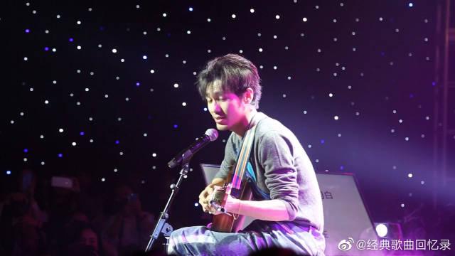 白宇北京生日会弹唱《小星星》,一闪一闪亮晶晶,满天都是小星星