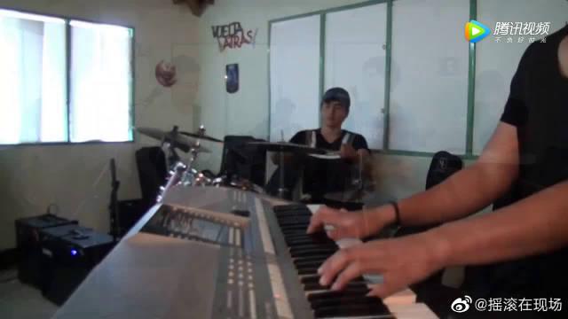 国外男孩乐队翻唱摇滚经典《赌神》的背景音乐