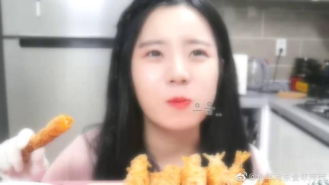 妹子吃焦脆炸虾,沾着红色番茄酱,又香又酥甜美味的!