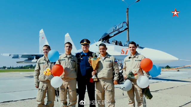 """参加""""航空飞镖""""比赛项目的苏-30SM飞行员归建"""