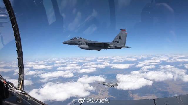 美军F-15E与波兰空军F-16战机飞越华沙上空