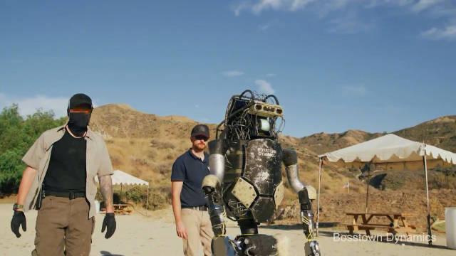 最新一期的恶搞波士顿 动力机器人Atlas。新的机器人让士兵淘汰了。