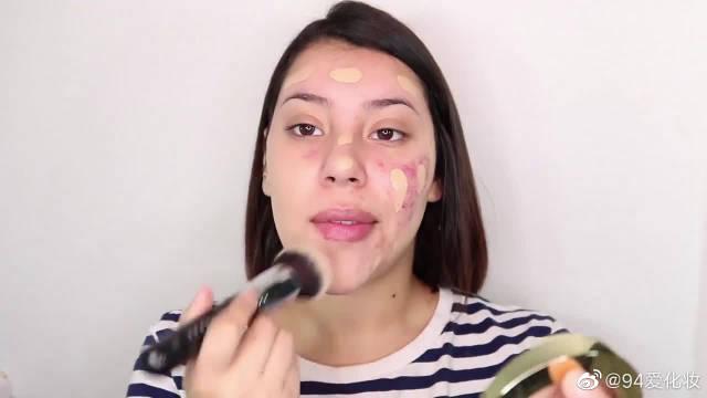 女子脸长很多红痤疮,化完妆后,变身大美女!