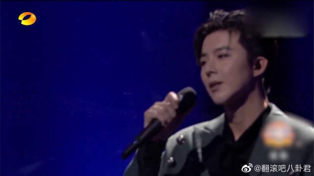 《黑夜一束光》live超稳,搭档张艺凡献上了一个绝美舞台!