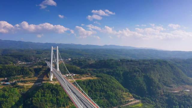 龙江大桥是进入腾冲的门户,造价接近20亿,很是壮观。@云南旅游