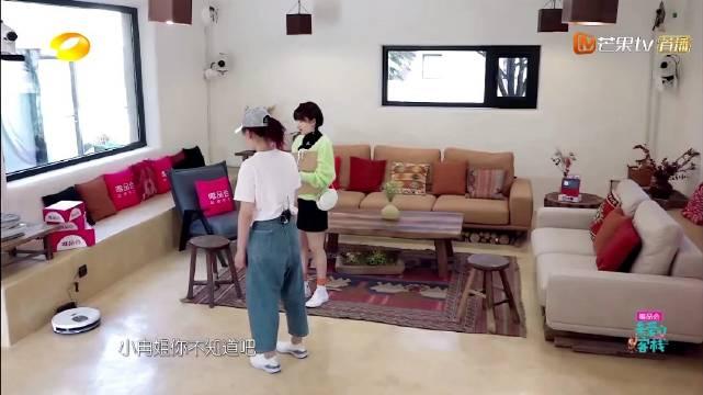 亲爱的客栈里阚清子用小度打开扫地机器人,跟李小冉介绍