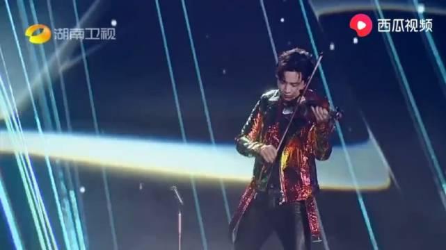 湖南春晚:刘宪华神仙级献唱,当他拉起小提琴时,简直不要太帅了
