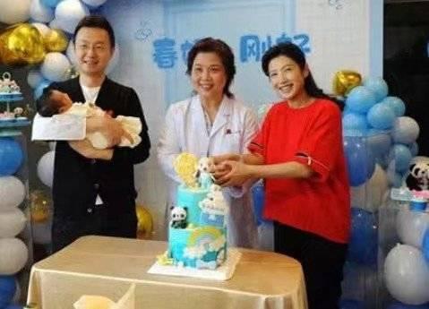 央视主播刚强喜得爱子,妻子是北京卫视当家花旦,一家三口好幸福