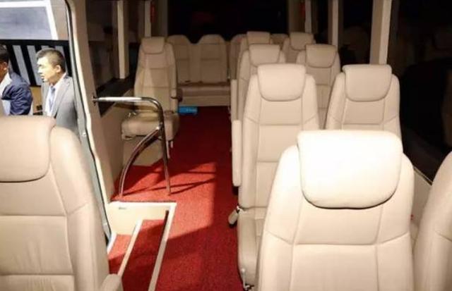 能坐下19人的红旗巴士,长这么大没见过,据说还能防弹!